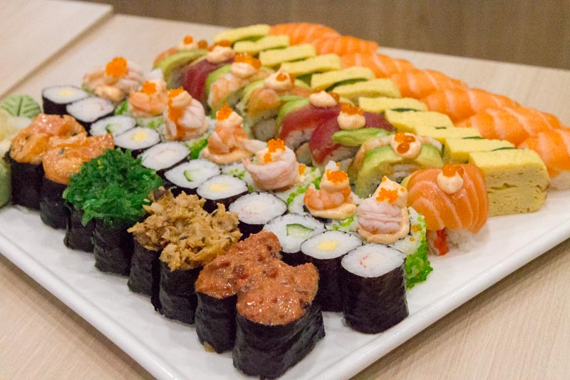 umisushi: Affordable Christmas Sushi Platters From S$135 With Whole Honey  BBQ Chicken + Log Cake Available For Christmas | Nestia